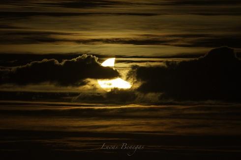 Eclipse de sol y nubes